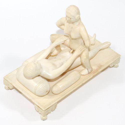 Erotika Elfenbeinschnitzerei. Inde 19e s. Amoureux nus en ivoire finement sculpt…