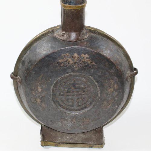 Mondflasche wohl tibetisch 18世纪,黄铜和铜,有精美的镶嵌物。高:31厘米。 D