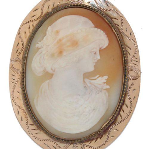 Muschelgemme 1890年左右,带贝壳的椭圆体和银镀金的镶嵌。精细的硅化物。背面刻有金顶的字样。5,8 x 4,5厘米。 R