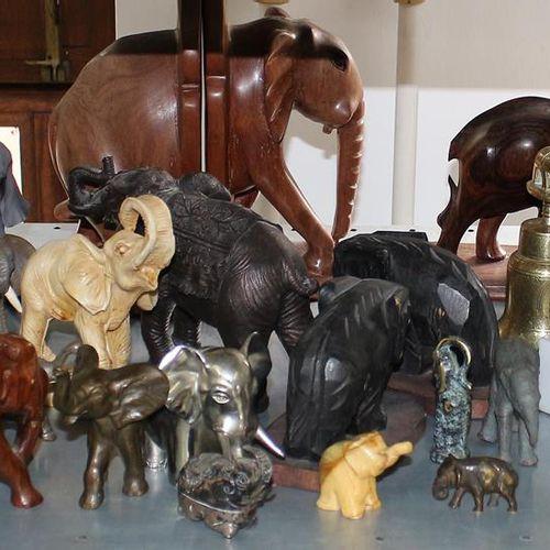 Elefantensammlung 124只大象。收集了一些大大小小的宝物。各种材料,包括银、铜、骨、黄铜、玻璃、塑料、质量和更多。多年来精心收集的以大象为主题…