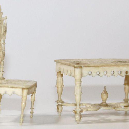 Erbach hochfeine Möbel. Ca. 2. Drittel 18.Jh. Tisch, Sitzbank u. 2 Stühle in her…