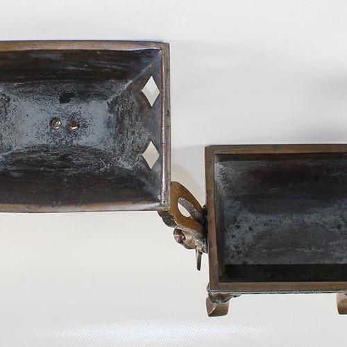 Räuchergefäße 装饰精美的容器,有可移动的悬挂元素。青铜o.黄铜。O.J. 大约25,5 x 21 x 10厘米。 R
