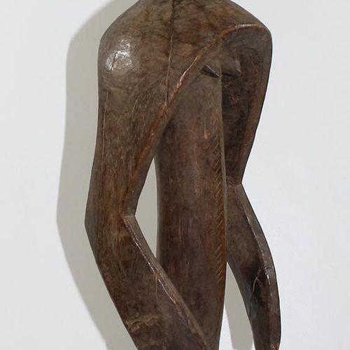 Mumuye Nigeria gr. Ritualfigur 女性。几何设计,圆润的手臂延伸至身体。梳状,半圆形的树冠。高:71厘米。 背面有慕尼黑沃尔夫冈 内…
