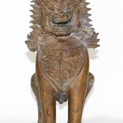 Tempellöwe Thailand o. Cambodge. Bronze, doré. Probablement du 19e siècle. Belle…