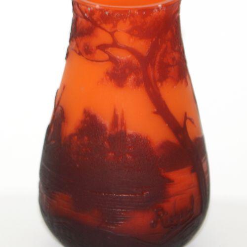 Cameo Vase Loetz/Richard. Kleine, bauchige Vase mit Landschaftsdekor hochgeätzt.…