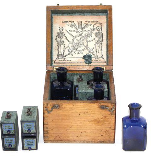 Reiseapotheke Giftapotheke um 1800. Holzkasten mit 4 kobaltblauen Fläschchen u. …