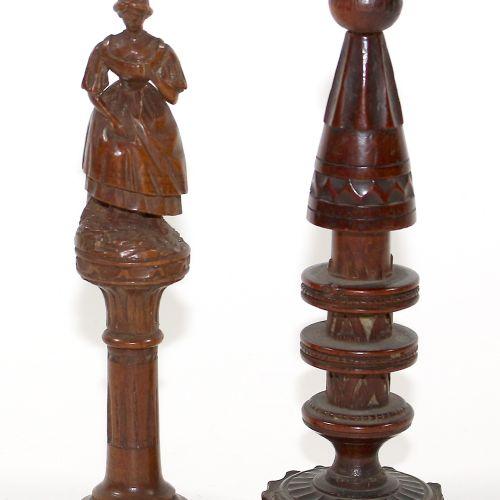 Paar Nadeldosen um 1860 Buchsbaum. Figürliche Nadeldose, Frau im Kleid auf Balus…