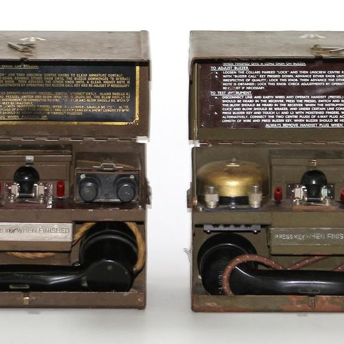 Paar militärische Feldtelefone mit Machine à code morse. Modèles D MK V. Téléset…