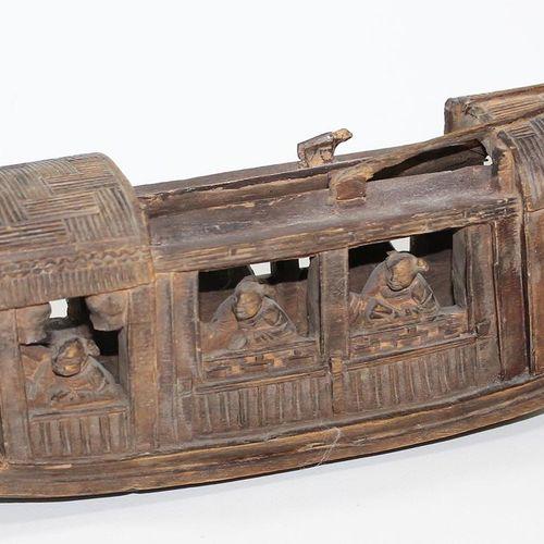 China Holzdschunke 19.Jh. Holz geschnitzte Dschunke mit 7 Personen. Gedunkeltes …