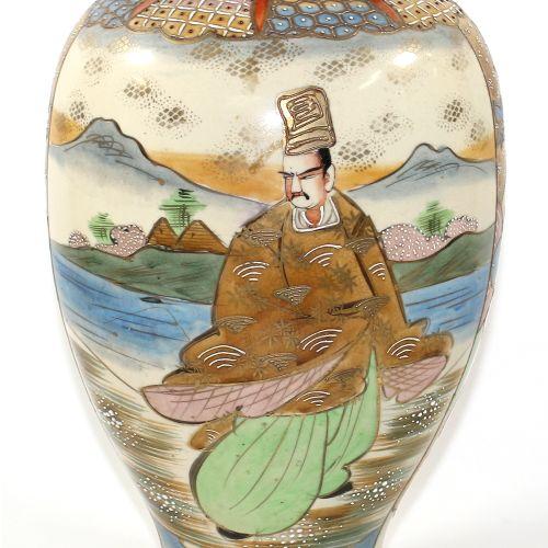 Vase Japan wohl Rokuzo um 1900. Bauchige Vase, 32 cm, mit gehöhter Malerei. Figü…