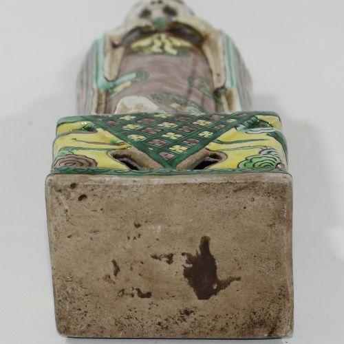 China Porzellanfigur. 可能描绘的是八仙之一。瓷器的多色漆。穿着长外套的站立男子,身上有花纹图案。手里拿着一片叶子。站在一个长方形的底座上。…