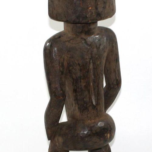 Hemba, D.R. Kongo. 站立的祖先形象,带褶皱的发髻。带有深色铜锈的木材。高:56厘米。由于老化而产生的裂缝。 D