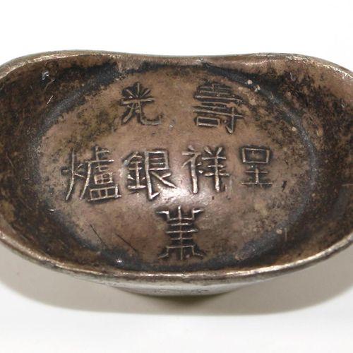 Silberbarren China 可能是在1900年左右,重量401克。船形银条,上面有7个字的标记。底部有4个字符标记。3,5 x 6,4厘米。轮辋高度为…