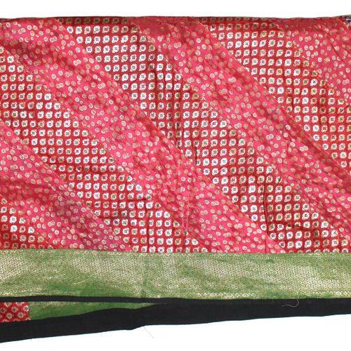3 prächtige Tagesdecken 可能是印度。巨大的工作。部分使用金属线和锦缎织物。220 x 250和2 x 220 x 270厘米。可能存在轻…