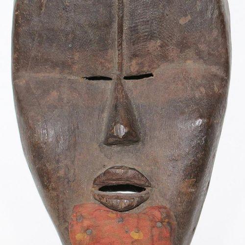 Maske Dan Deangle Männliche Maske mit Kinnbart. Konkave Gesichtspartie mit gedrü…