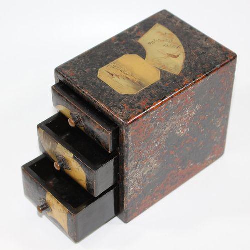 Holzkästchen Japan Période Meiji vers 1890. Bois laqué avec cartouches partiels …