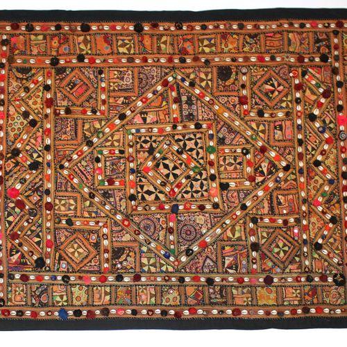 Prächtige Tagesdecke o. Wandbehang. Wohl Rajasthan Indien. Rückseite mit Stoff. …