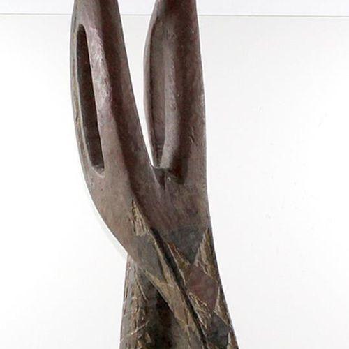 Antilopen Tanzaufsatz. 库鲁玛人的阿多内。布基纳法索。反变形面具。红色、黑色和白色三角形的包豪斯装饰。海牛壳装饰。头碗由薄木制成,有轻微的…