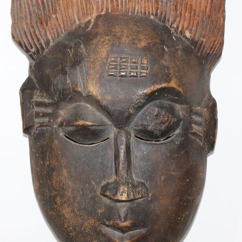 Maske der Ibo Nigeria Weibliche, dunkle Maske. Mit beschnitztem Haaraufsatz. Que…