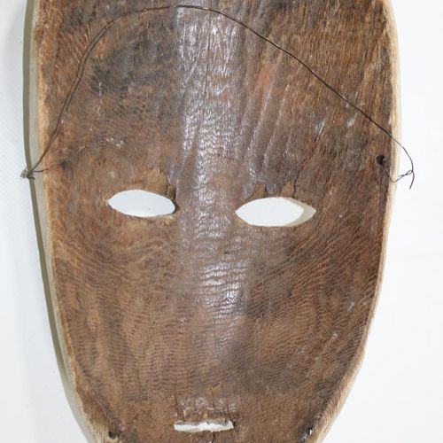 Ituri Maske D.R.Kongo. 高岭土色的椭圆形面具,有红色和黑色的线条图案。狭窄的鼻梁。嘟着嘴。30厘米。 来自巴伐利亚州的私人收藏,来自慕尼黑…