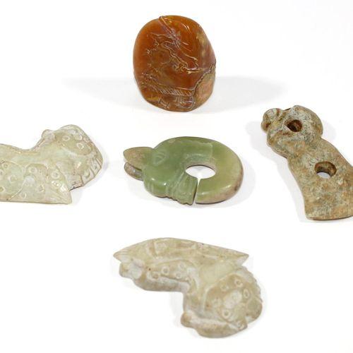 Jadeobjekte. Wohl China antik. 3 archaische Jadeobjekte. 1 Objekt in zwei Halbsc…
