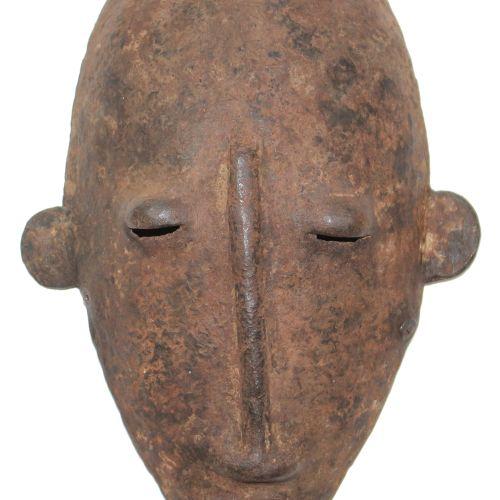 Alte Eisenmaske Dogon 马里。卵形的小铁面具,有圆盘状的耳朵。凸起的鼻子部分,眼睛部分,22.5厘米。由于生锈,有些老化。 来自慕尼黑沃尔夫…