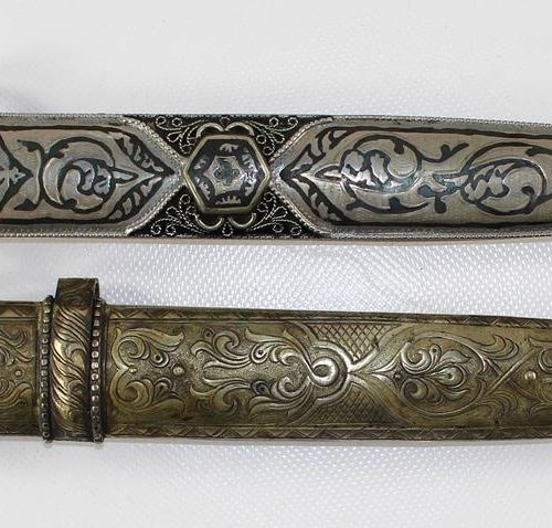 "Dolche/Kurzschwerter 亚洲。可能是19/20世纪,双刃刀,刀柄和刀鞘上有丰富的装饰。19/20世纪。45 47厘米。鎏金片,有单字。""A.V…"