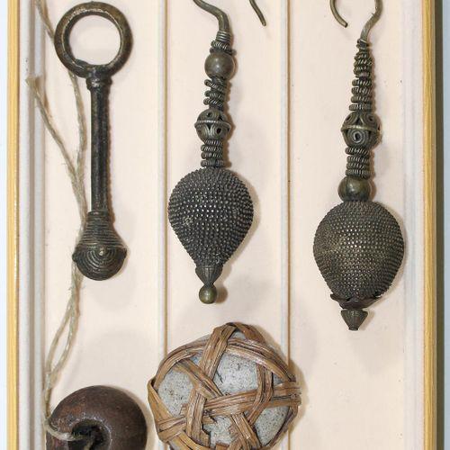 Schmuckkonvolut u. Kuriosa 可能是亚洲和北非的一对长耳环,可能是银制的,13厘米。带变色龙的护身符吊坠,用豆荚制成的小铃铛吊坠,用酒椰…