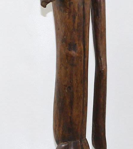 Sukuma/Nyamwezi 坦桑尼亚。大的,站立的,男性祖先的形象。拉长的身体、手臂和腿。凸出的肚脐和乳头。缺少1只手臂。应力裂纹。高:83厘米。精致的岁月…