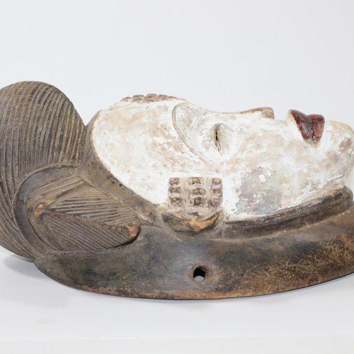 Weisse Trauermaske Punu Okuyi Gabun. Typische Maskenform mit Kaolinfärbung. Brei…
