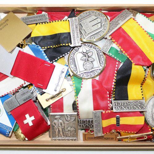 Schweiz Schützenmedaillen u. Weltmünzen. Sammlung von 58 meist Schützenmedaillen…