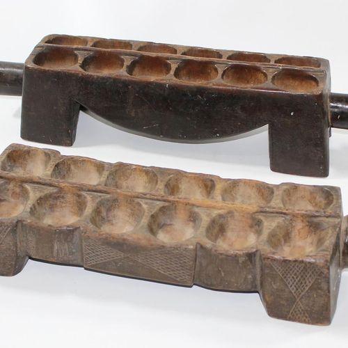 Dan Liberia Elfenbeinküste. 2个曼卡拉棋盘游戏。有12和2 x 12凹槽的动物形木板。带褐色的锈迹。每个64厘米。 D