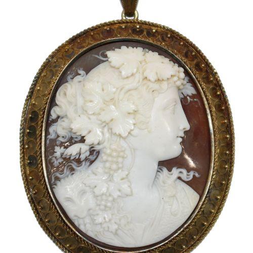 Prächtiger Kamee Anhänger 雕刻着一幅精美的巴坎特画像。精细切割的藤叶和葡萄,以及边上的巴克斯面具。黄金座,有轻微的、几乎不明显的焊接点…