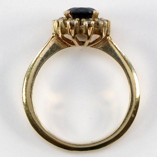 Saphirring 585 GG. 戒指上有圆形刻面的蓝宝石,D:6毫米。戒指头为花形,中间有10颗小钻石和蓝色蓝宝石。戒指尺寸为53/54,重量为3.6克,…
