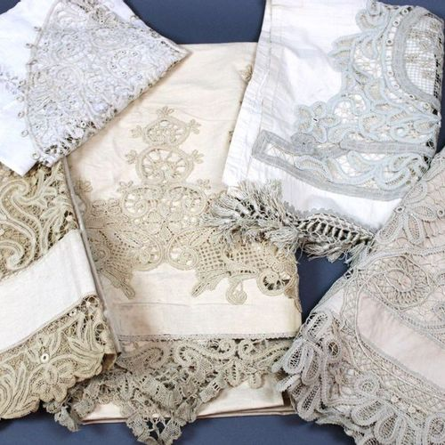 Batch: 2 blinds, 2 pairs of small curtains in linen and lace, 1 tablecloth, embr…