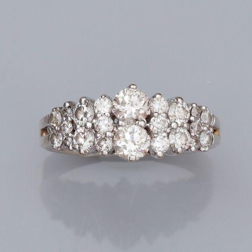 Bague en or gris 375°/°°, sertie de diamants taille brillant en ligne en chute s…