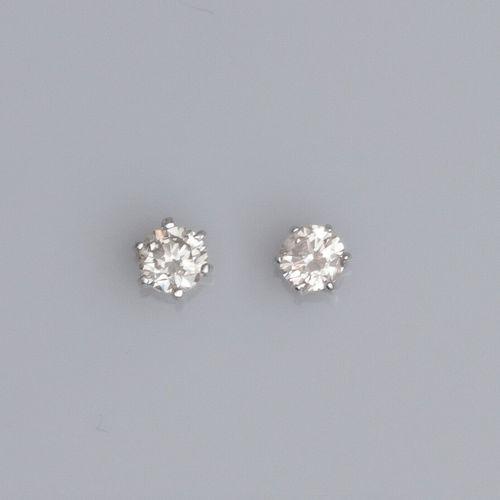 Paire de puces en or gris 750°/°° (18K) , serties chacune d'un petit diamant de …