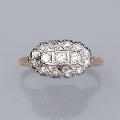 Bague en or deux tons 585°/°°, sertie de diamants taille brillant entourés de di…