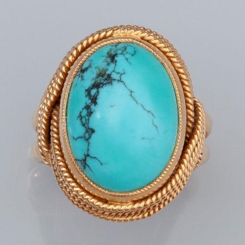 Bague en or jaune 750°/°° (18K) , fileté torsadé, sertie d'une turquoise ovale c…