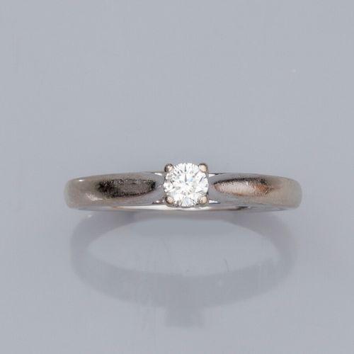 Bague solitaire en or gris 585°/°°, sertie d 'un petit diamant taille brillant d…