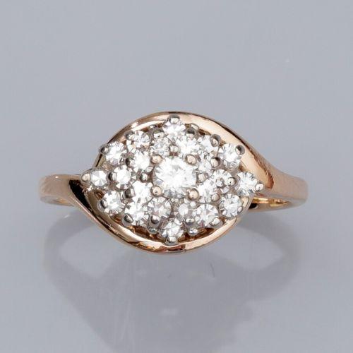 Bague en or deux tons 585°/°°, sertie d'un diamant taille brillant, entourage de…