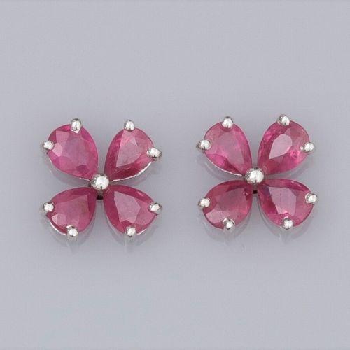 Paire de boucles d'oreilles trèfles en or gris 750°/°° (18K) , serties de rubis …