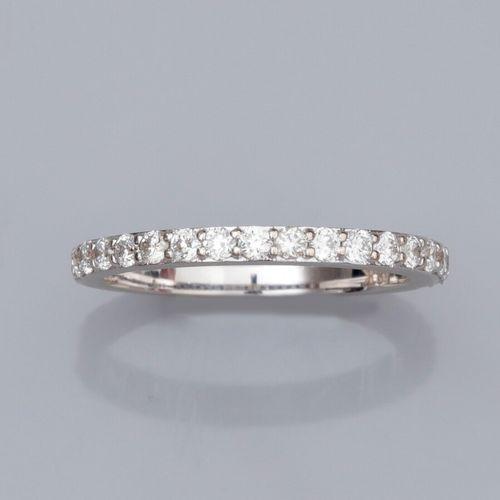 Alliance fine en or gris 750°/°° (18K), sertie de diamants taille brillant sur l…