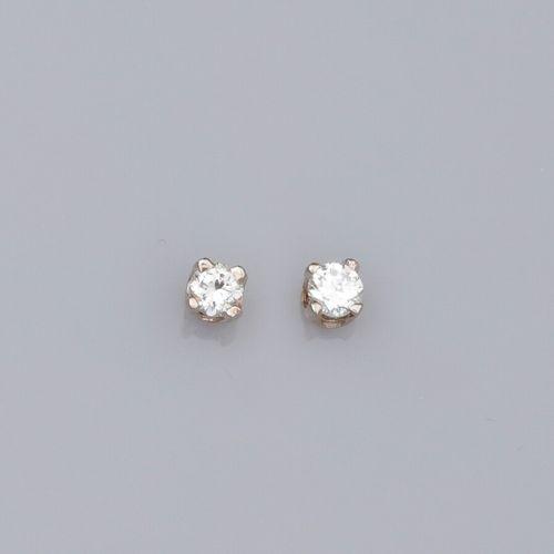 Paire de puces en or deux tons 375°/°°, serties de petits diamants taille brilla…
