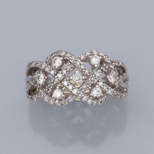 Bague tresse en or gris 375°/°°, sertie de petits diamants. 3.5 g. TDD 49. Large…