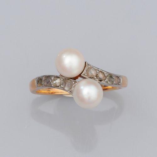Bague croisée en or jaune 750°/°° (18K) et platine, sertie de deux petites perle…