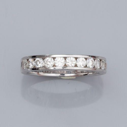 Alliance en or gris 750°/°° (18K) , sertie de diamants taille brillant sur le de…