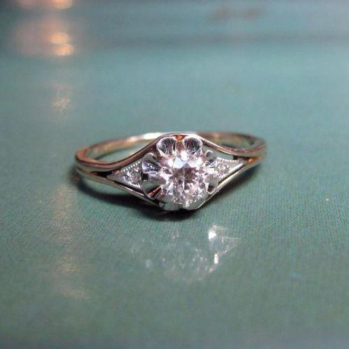Bague en or gris 750°/00 sertie d'un petit diamant demi taille monté en solita…
