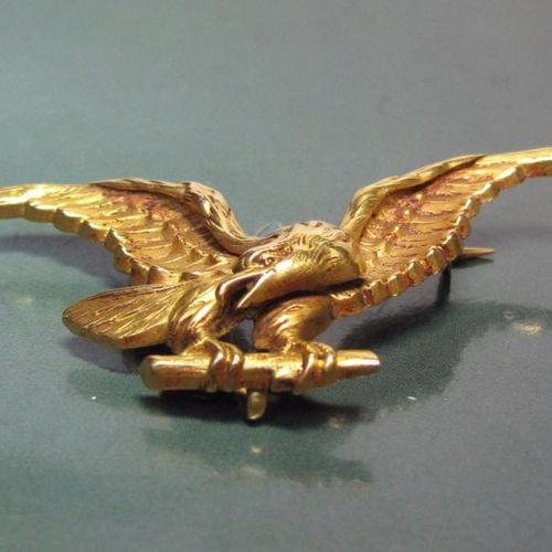 Broche en or jaune 750°/00 stylise un aigle aux ailes déployées. Fin du XIXe s…