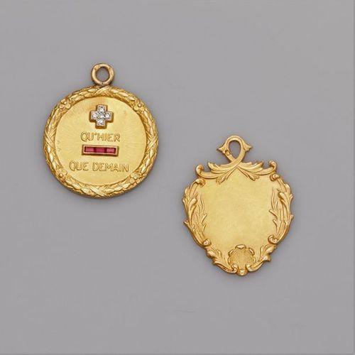 """Deux médailles en or jaune 750°/00, dont une """"+ qu'hier, que demain"""". 10.6 g. …"""